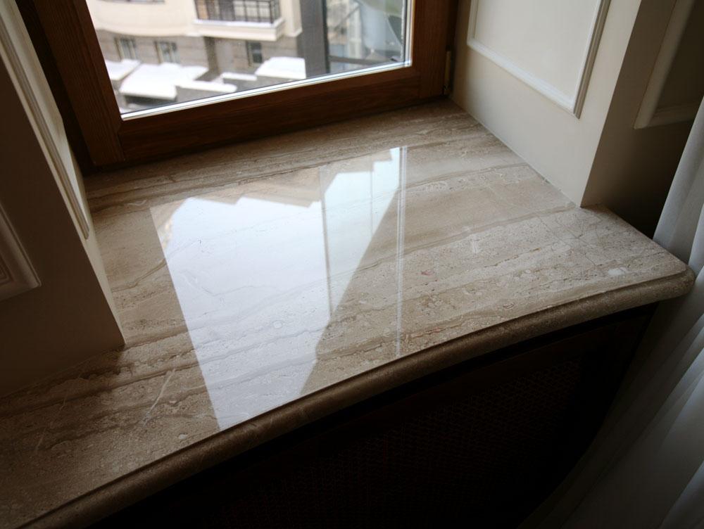 Белые окна с коричневыми подоконниками фото